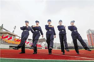 警官学院军训照:眼神坚毅步履整齐有气魄(图)