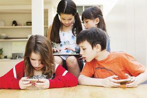 法国禁止中小学生带手机 各校执行力度不一