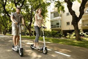 意大利华人公路上骑电动滑板车带人 被罚7000欧元