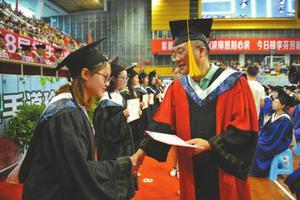 苦高中耍大学将成历史 川北医学院83人未按期毕业