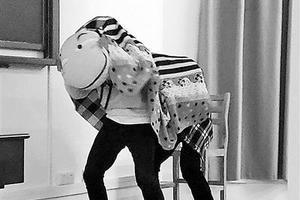 武大选修课走红:学生用床单抱枕玩偶表演舞狮