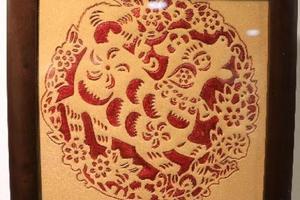 武汉一高校原创《中国年》皮雕画 尽展中国元素