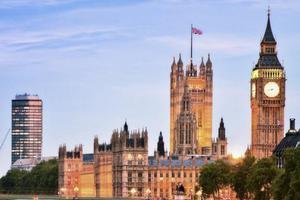 """暂停""""黄金签证""""被批违法 英内政部将研究替代方案"""