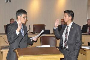 美国硅谷桑市迎最年轻市议员 27岁华裔方友明就职