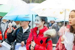 上戏艺考报名人数创新高 考生雨中侯考青春靓丽(图)