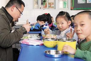 ?#40092;?#26657;长都来和学生吃一锅饭 这顿饭好香