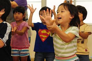 """在孩子和工作间为难?日本保育园设置""""猫头鹰班"""""""