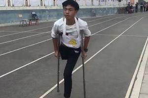 """独腿少年放弃中考体育免考资格 3分50秒""""跳""""完千米"""