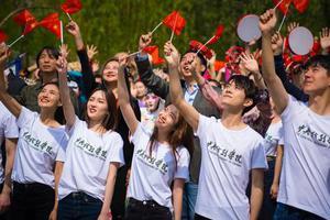 易烊千玺刘昊然中戏同框 千人合唱《我爱你中国》