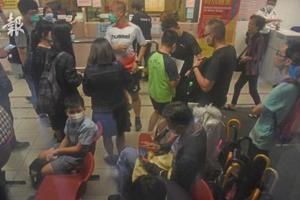 疑吃肉干致食物中毒 香港一小学10名学生送院医治