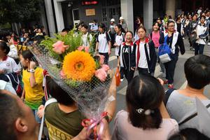 北京中考最后一科结束 鲜花礼物迎接考生