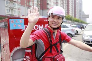 昨天可能是刘强东过去一年来最昂扬的一天