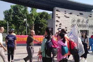 """湖南徒步千余公里至广东""""狼爸""""带女儿入大学"""