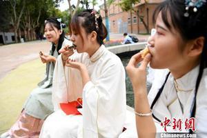 西安大学生穿汉服体验电影艺术过中秋