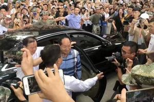巨型追星现场!袁隆平参加湖南农业大学开学典礼