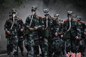 图文:重庆大学为6300名新生开展拉练活动