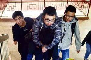 30名男生轮班背残疾同学上课:大学四年我们背你