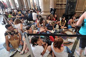 在意大利首都羅馬市中心,一家大型書店在打折季首日推出簽售活動吸引讀者。(新華社)