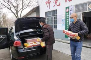 """湖北大学生扶贫村官战""""疫"""":随身带铜锣宣传防疫"""