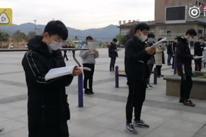毛坦厂高三生广场戴口罩晨读:高考在即得抓紧