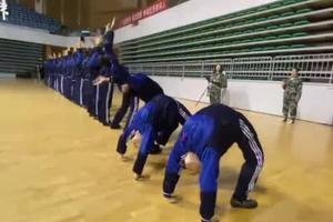 舞蹈生军训间隙练功:相比练舞 军训不算什么
