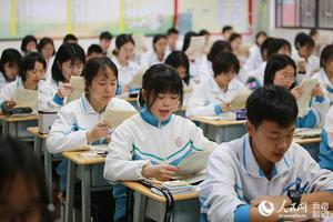 组图:争分夺秒 高三学子奋战高考
