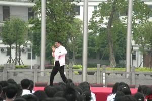 为高三学生解压 教育局局长校园跳起霹雳舞