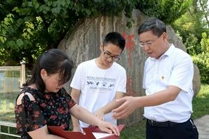 河南洪灾现场两志愿者收获清华北大录取通知
