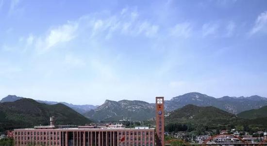 这是在校园可以看到长城的大学