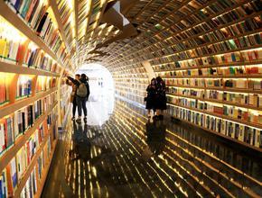 """高校""""书海隧道""""图书馆"""