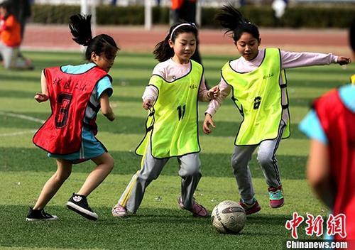 教育部:中小学生每天在校内要有一小时体育活动