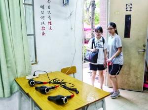 图为广铁一中考点,学校在更衣室里备有吹风筒。信息时报记者 陆明杰 摄