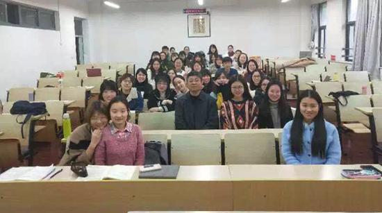 (苗怀明与听课学生合影)