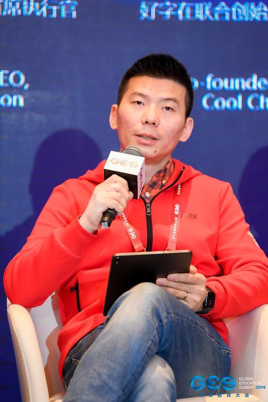 火花思维创始人兼CEO罗剑在论坛现场进行分享