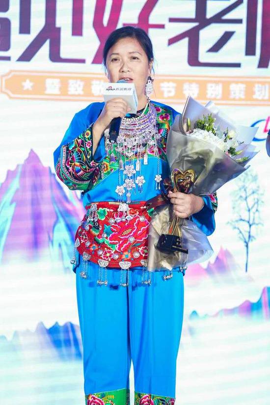 湖南省凤凰三拱桥学区欧阳村小的教师 龙月琼