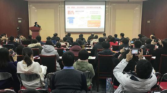 中国科学院大学党委副书记、常务副校长王艳芬作报告