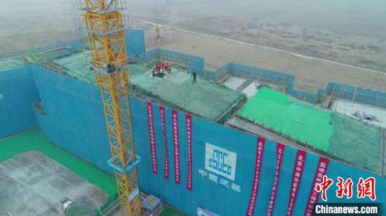 """1月18日,北京市支持雄安新区建设""""三校一院""""交钥匙项目之一的北海幼儿园雄安园区项目正式封顶。 北海幼儿园雄安园区项目供图 摄"""