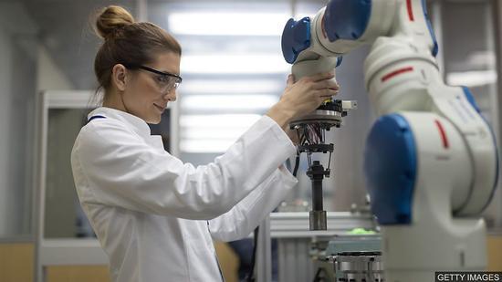 双语阅读:科学领域为何缺少女性工作者