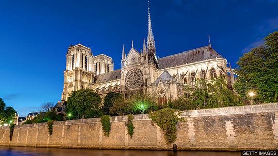 双语阅读:巴黎圣母院为修缮寻求捐助