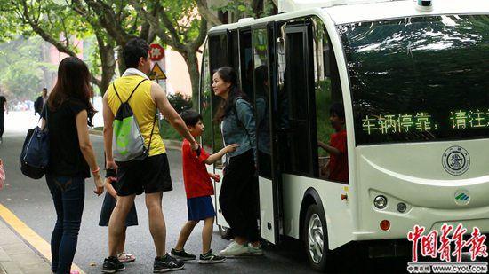 上海交大校园内运行的无人驾驶小巴。中国青年报·中青在线记者 王烨捷/摄