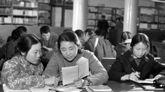 ▲1978年3月,北京师范大学1977届新生在学习中交流。(新华社发)