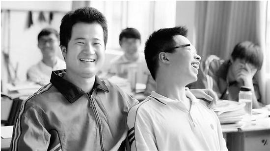 吴老师(左)上课时风趣幽默,同学们总是乐得合不拢嘴。   照片由老师本人提供