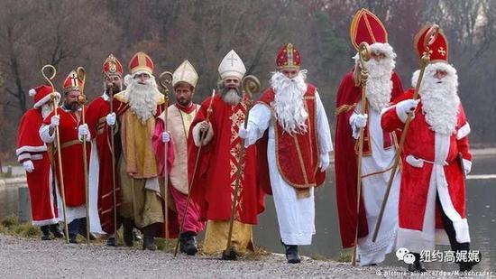 全世界的孩子们最爱的老头戴着冠冕握着权杖