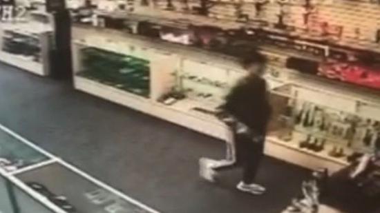 今年1月24日,吴东迪在凤凰城16街附近的便利店里买了香烟和手机充电器。从此失踪。 便利店内监控截图