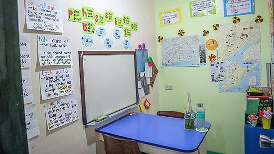 菲律宾语言学校内,一对一课程最多可安排至八节,学生们会在小隔间里上课。 图片来源:cebublueocean
