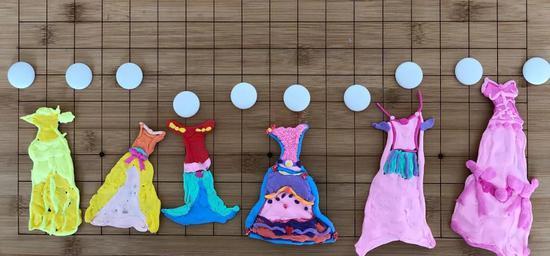 (她参照芭比娃娃的礼服,用粘土自己设计的裙子)
