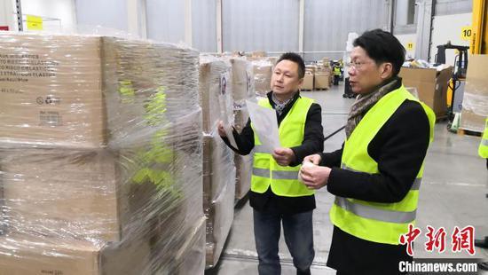 西班牙青田同乡会在打包运输物资。 西班牙欧华报供图