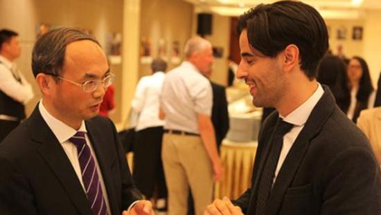 图为中国驻比利时大使曹忠明与赴华留学校友亲切交流。中新社记者 德永健 摄