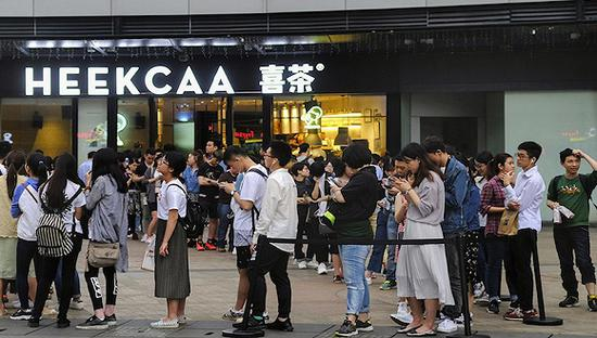 消费者在喜茶门前排队。图片来源:网络
