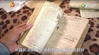 自学材料里随处可见袁英慧做的笔记。视频截图